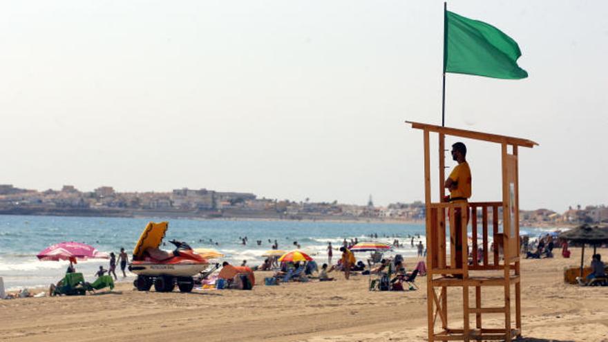 Bandera verde en todas las playas de la Región en un sábado a más de 40 grados