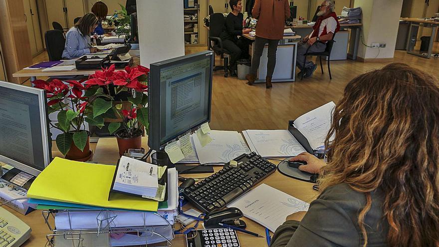 El Ayuntamiento se reorganiza con nuevas jefaturas y una subida salarial de 152.000 euros al año