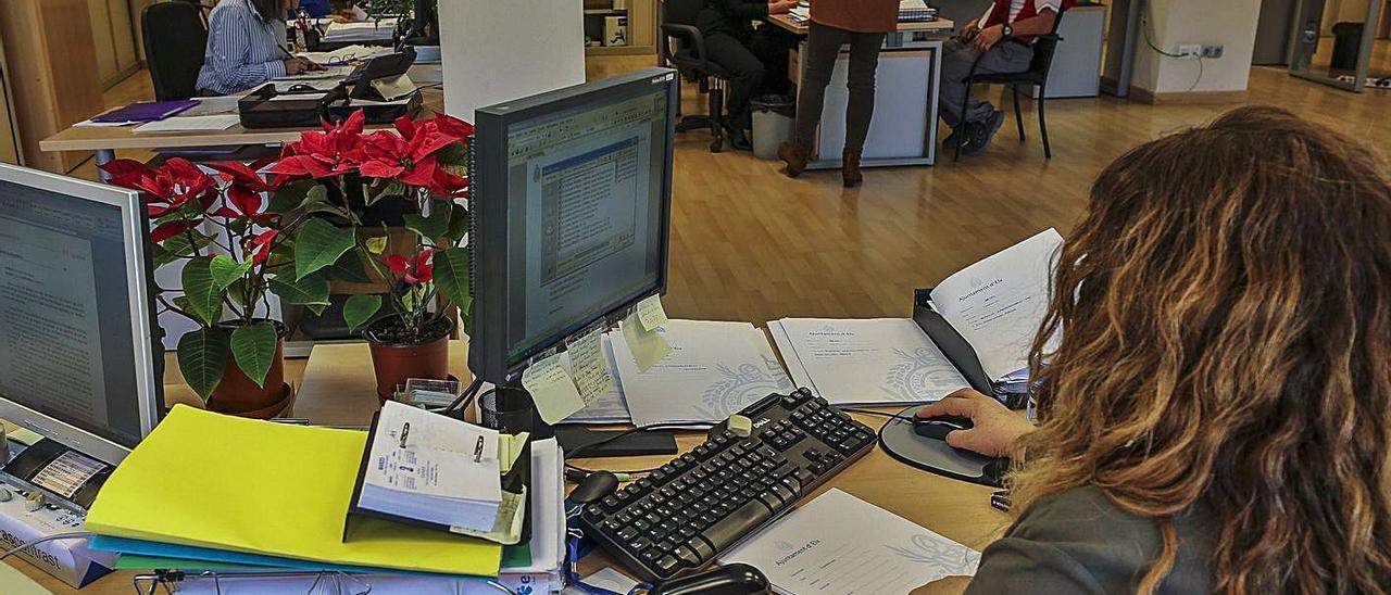 Funcionarios del Ayuntamiento de Elche en sus puestos de trabajo