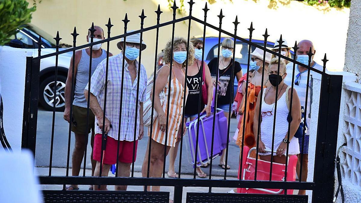 Vecinos de la urbanización Marina Perla, ayer, frente a los accesos bloqueados. | IVÁN URQUÍZAR
