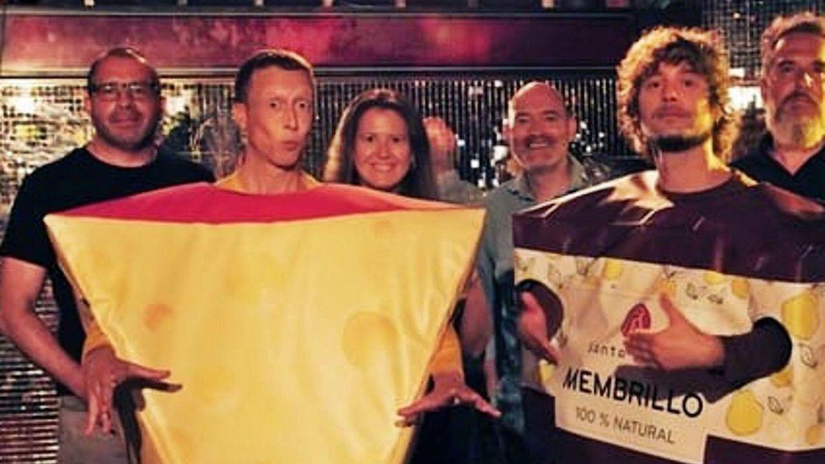 Los actores Julián Abad y Chisco Saavedra, durante el rodaje en la discoteca Chaston.