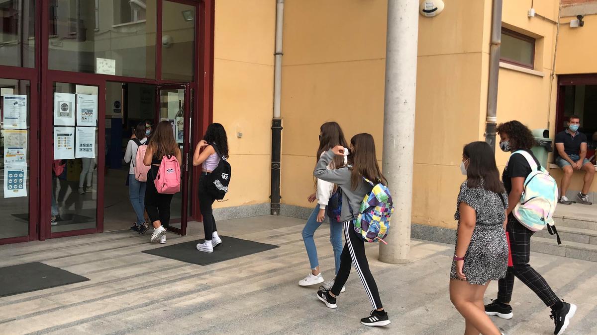 Un grupo de estudiantes entran al instituto