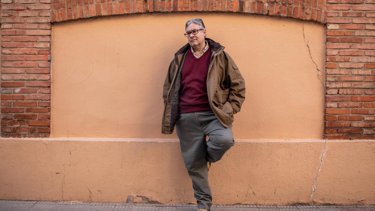 El escritor zamorano Juan Manuel de Prada junto a su casa.en Zamora