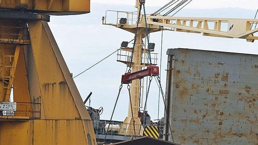 La menor actividad en el muelle de Arcelor penaliza los tráficos de mercancía