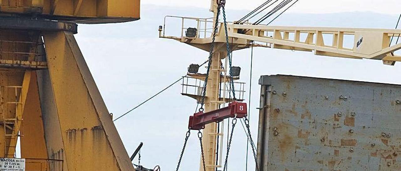 Carga de chapa de acero en un barco.
