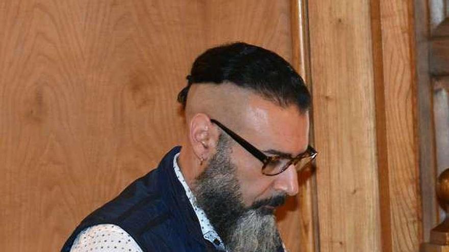 El avilesino que mató a sus hijas con una radial, juzgado por robar 70.000 euros
