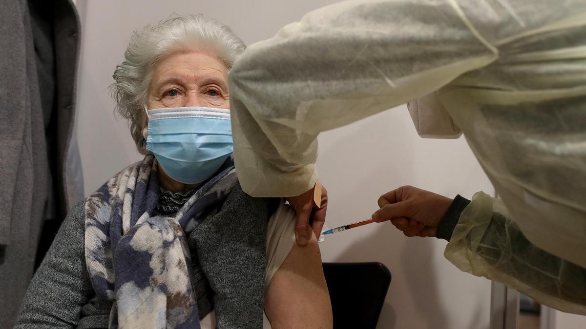 Una anciana recibe la vacuna de Pfizer en Portugal.