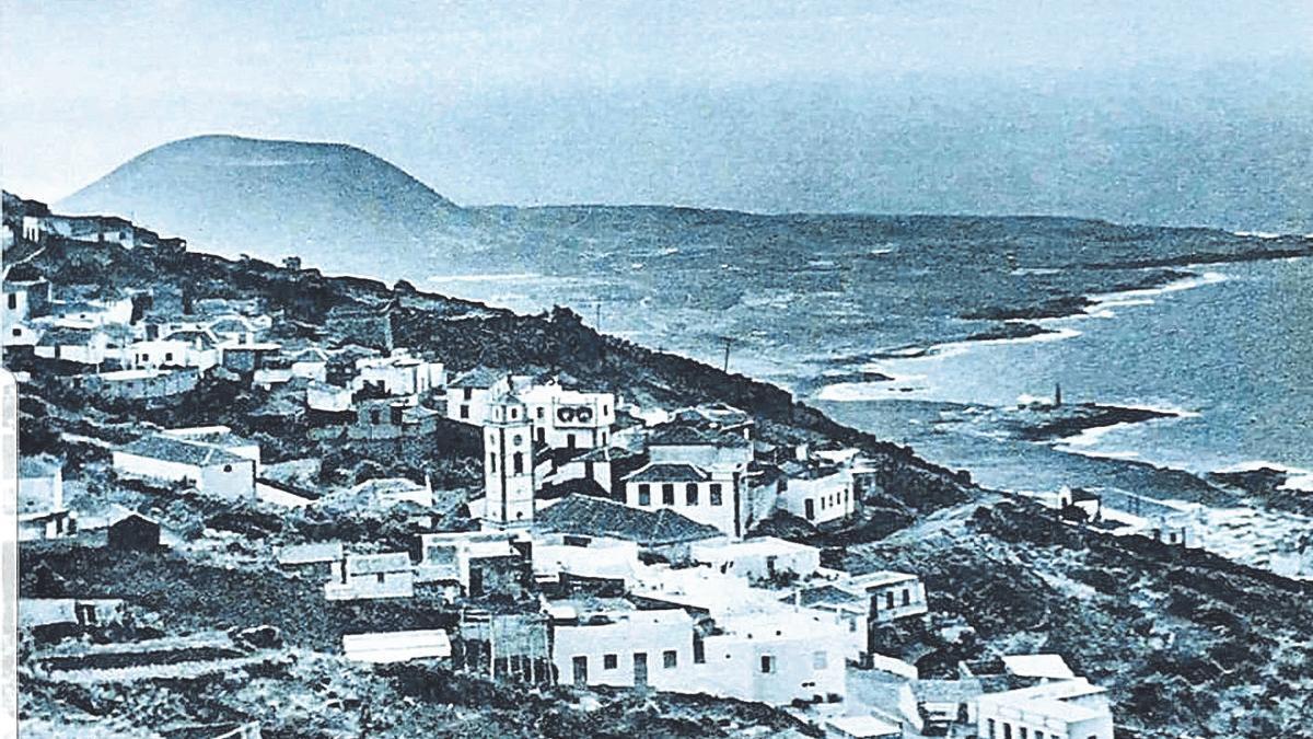 Fotografía antigua del núcleo de El Tanque Bajo, con la montaña de Taco al fondo.