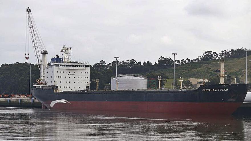 El Puerto de Avilés aún no ha cobrado ni un euro de la deuda que generó el barco ruso abandonado