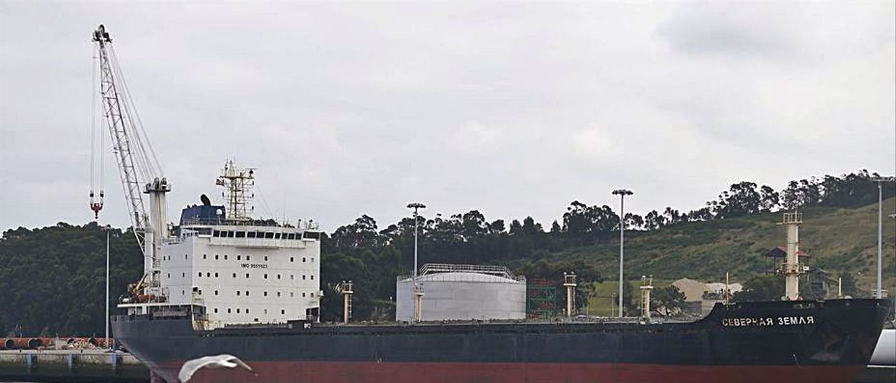 """El """"Severnaya Zemlya"""", atracado en el muelle de Valliniello durante su estancia en el puerto de Avilés.   Ricardo Solís"""