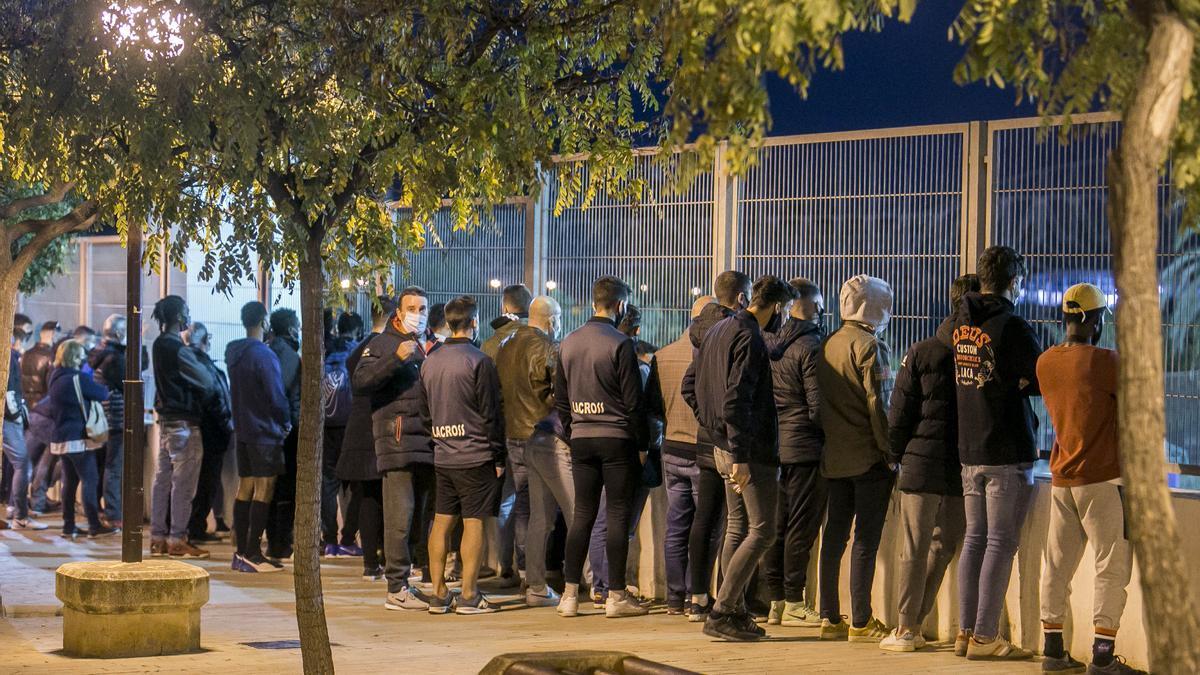 Numeroso público agolpado en la valla del campo de la Ciudad Deportiva de Alicante durante el Hércules B-Ilicitano.
