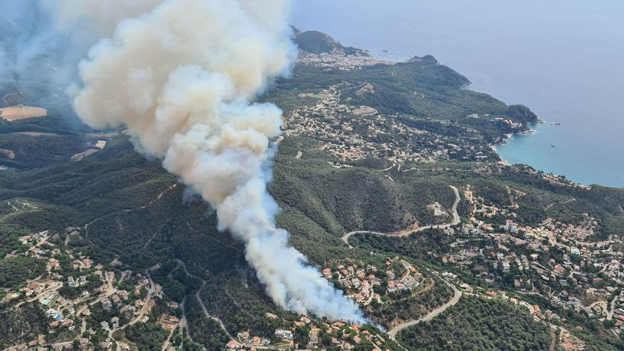 Estabilitzat l'incendi entre Lloret i Tossa, que ha cremat unes 7 hectàrees i una casa