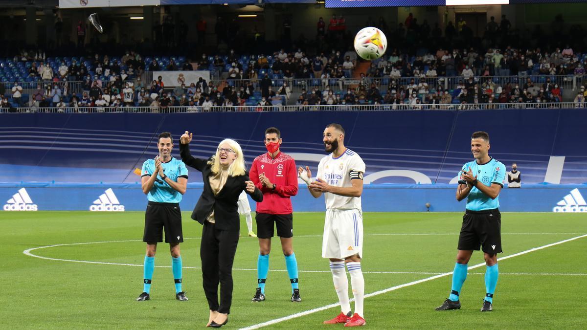 Gacio pierde el zapato tras golpear el balón en el Bernabéu.
