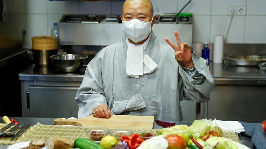 Los secretos culinarios de Jeong Kwan, la monja budista que conquistó Netflix