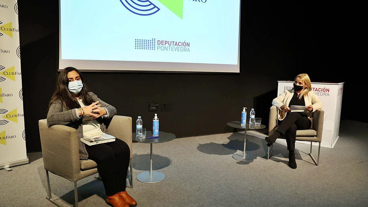 Amara Castro Cid (izq.) y la periodista Ana Lago-Bergón, ayer, durante el Club FARO. |   // ALBA VILLAR