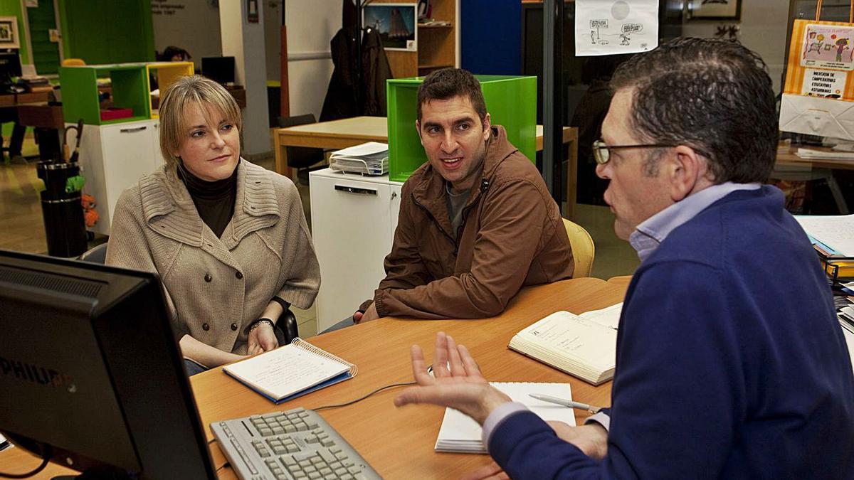 Un técnico de Valnalón asesora a dos emprendedores, en una imagen de archivo. | Fernando Rodríguez