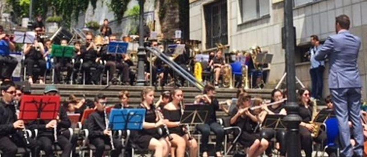 Participantes en la colonia del verano pasado, durante un concierto en Candás.