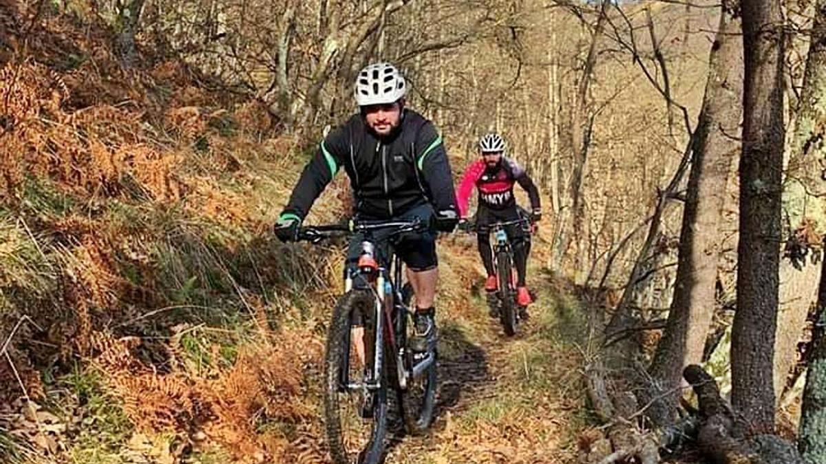 Dos ciclistas por uno de los Senderos del Carbón del monte Carrio.