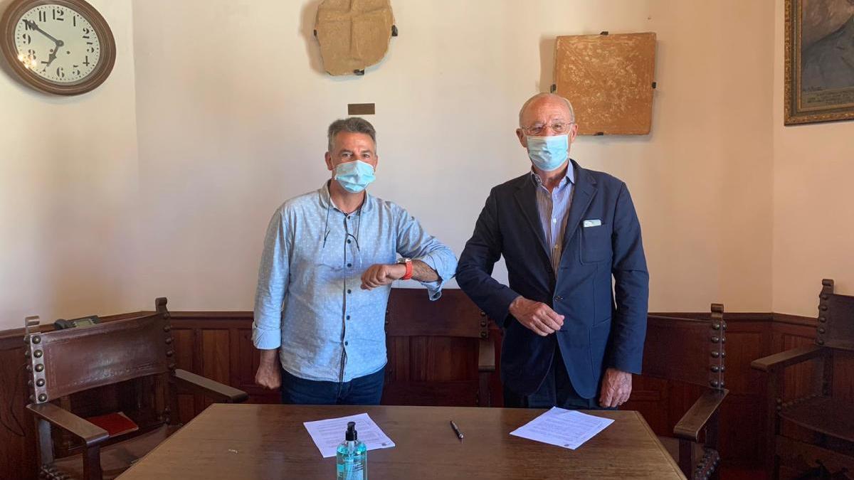 El alcalde Nicolau Canyelles y Josep Francesc Conrado de Villalonga, después de firmar el acuerdo.