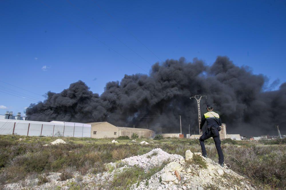 Más de 30 bomberos participan en la extinción del fuego