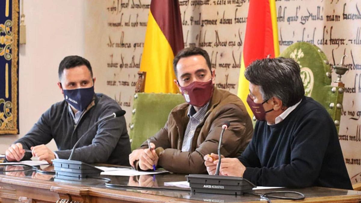 Representantes del Ayuntamiento de Benavente y de la empresa Aquona durante la firma del convenio. | E. P.