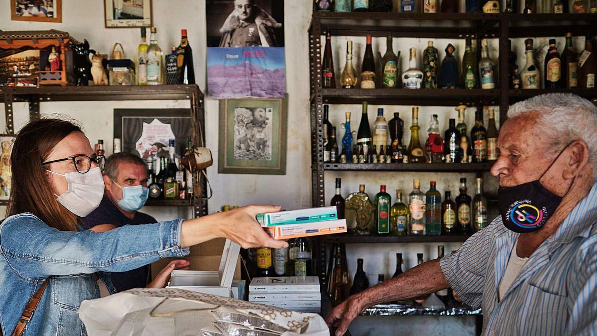 Entrega de medicinas en una de las jornadas del Proyecto Anaga a José Cañón, propietario del bar que lleva su nombre en Afur.