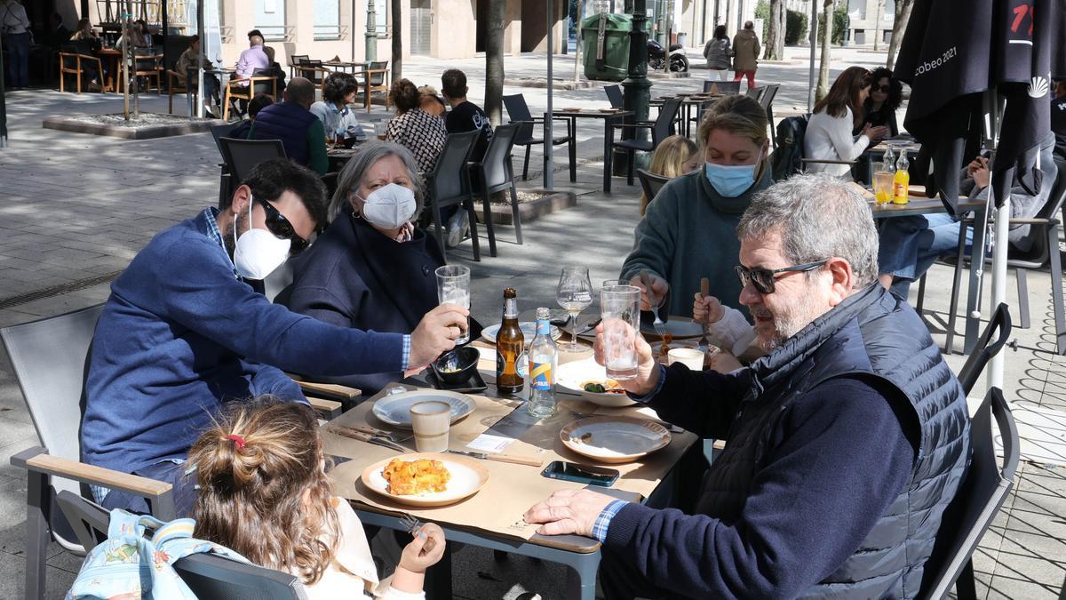 Una familia, en un restaurante de Praza de Compostela, en Vigo.