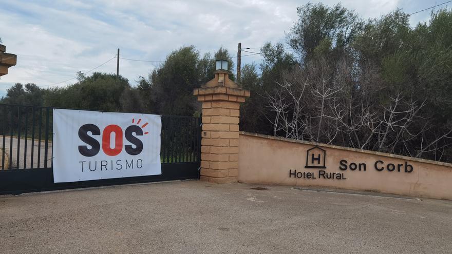 Le roban la pancarta de SOS Turismo a Isabel Llinàs