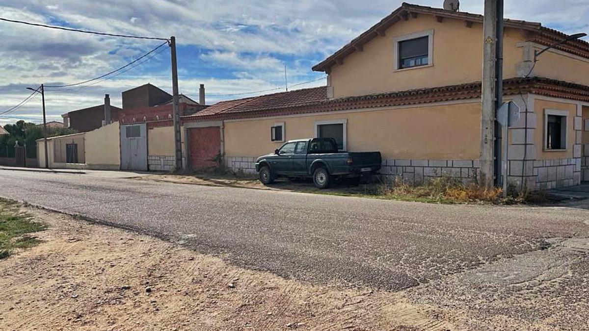 La vivienda de la familia afectada, al pie de la carretera por la que circula a diario el tráfico pesado.   A. P.