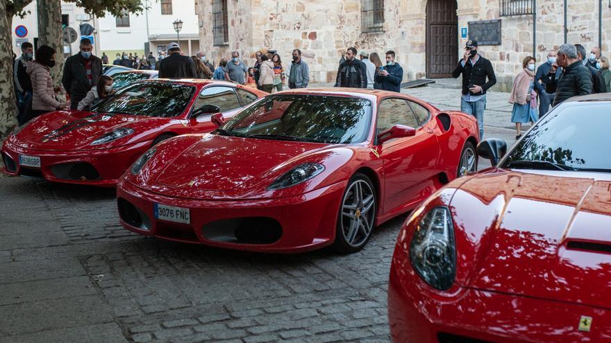 Más de veinte Ferraris invaden la plaza de Viriato de Zamora