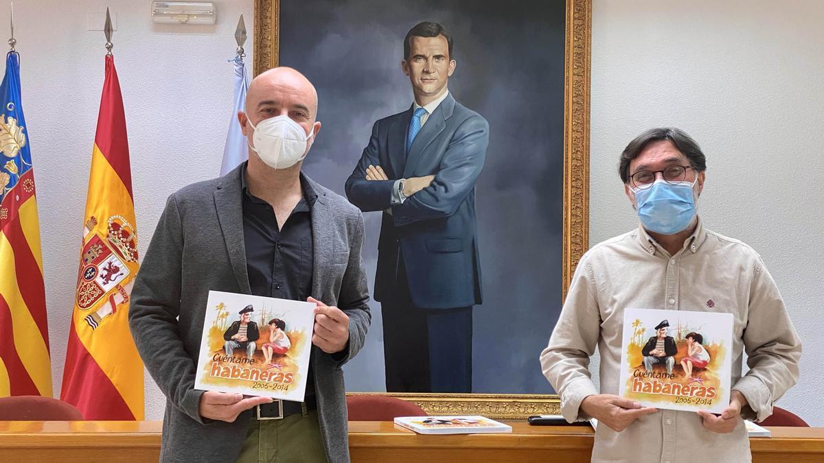 Imagen de la presentación del trabajo que recopila una década del Certámen Internacional de Habaneras y Polifonía. El edil Antonio Quesada y el periodista Óscar Albaladejo