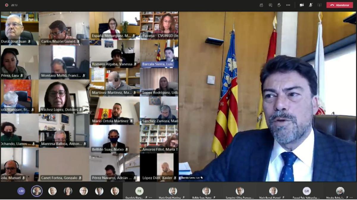 Un instante del pleno de Presupuestos de Alicante, celebrado esta mañana por vía telemática