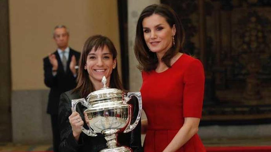 La Reina Letizia apuesta de nuevo por el rojo para apoyar a los deportistas españoles