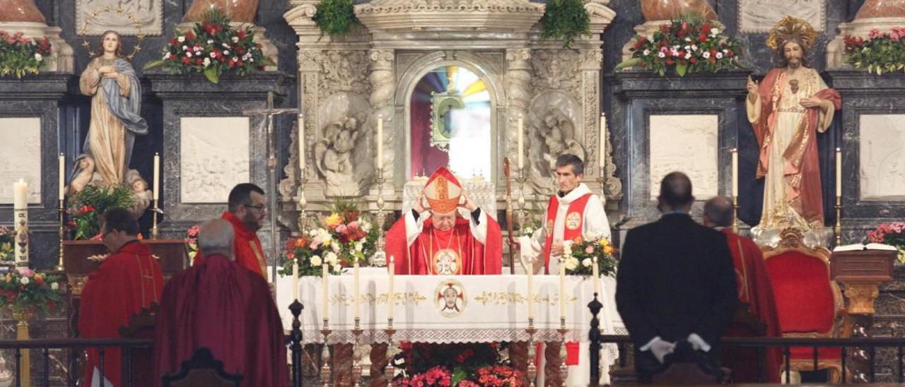 Un momento de la misa oficiada por el obispo en la Santa Faz hoy.