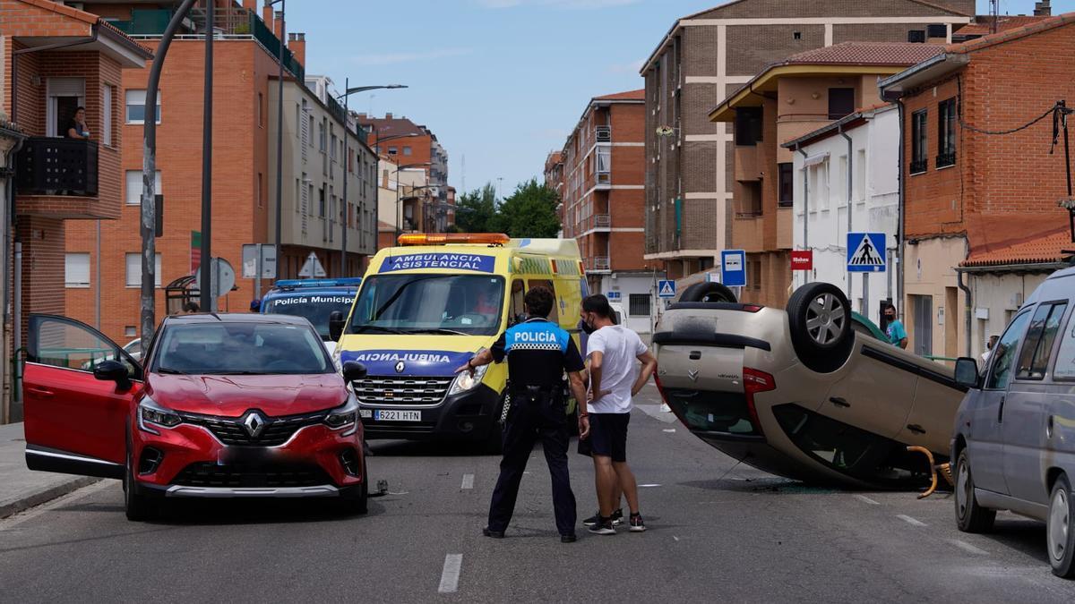 El lugar del accidente, donde permanece el coche volcado.