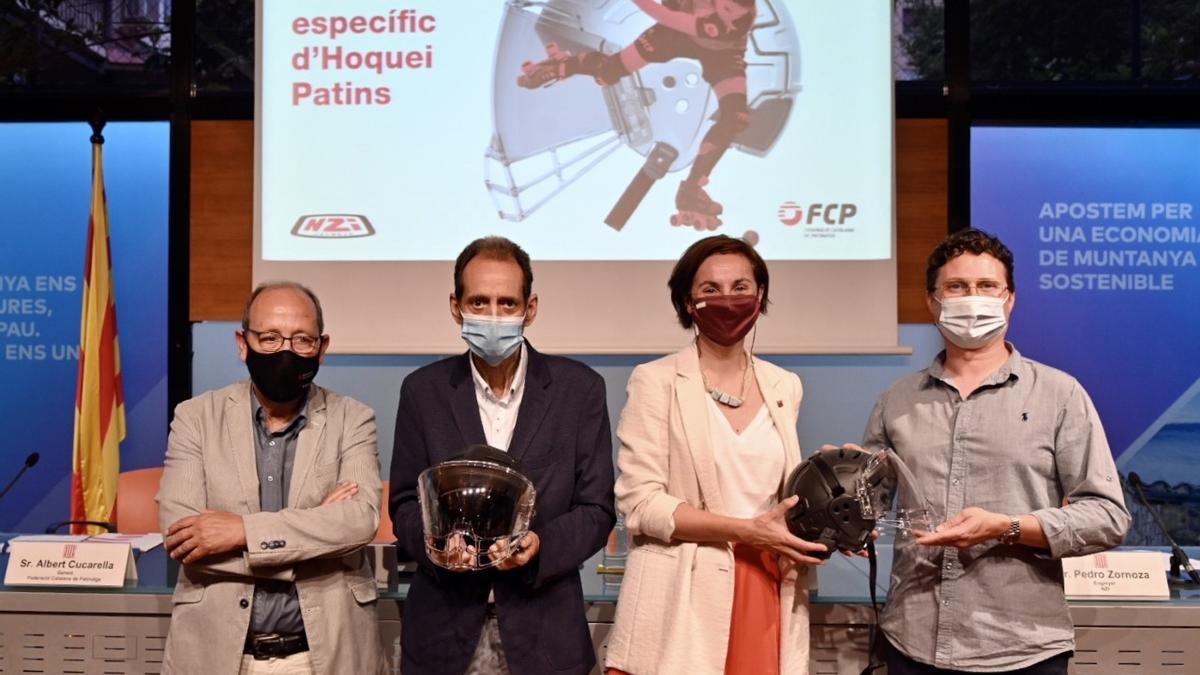 Els participants en la presentació del casc, a Barcelona