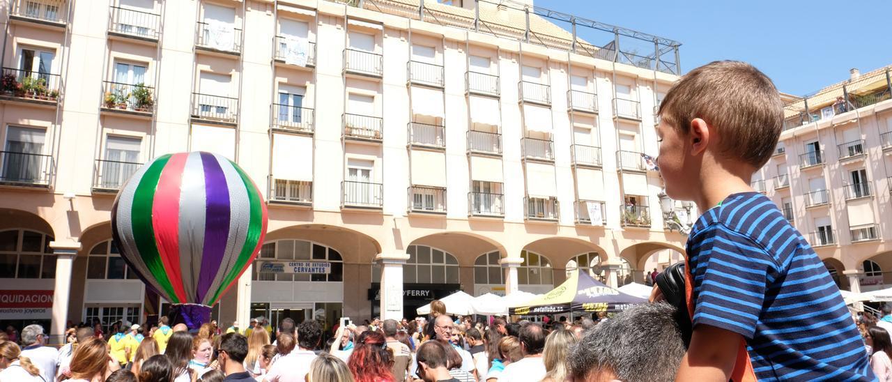 La suelta de globos en la Plaza Mayor de años atrás era uno de los actos que más gustaba a los niños de Elda.