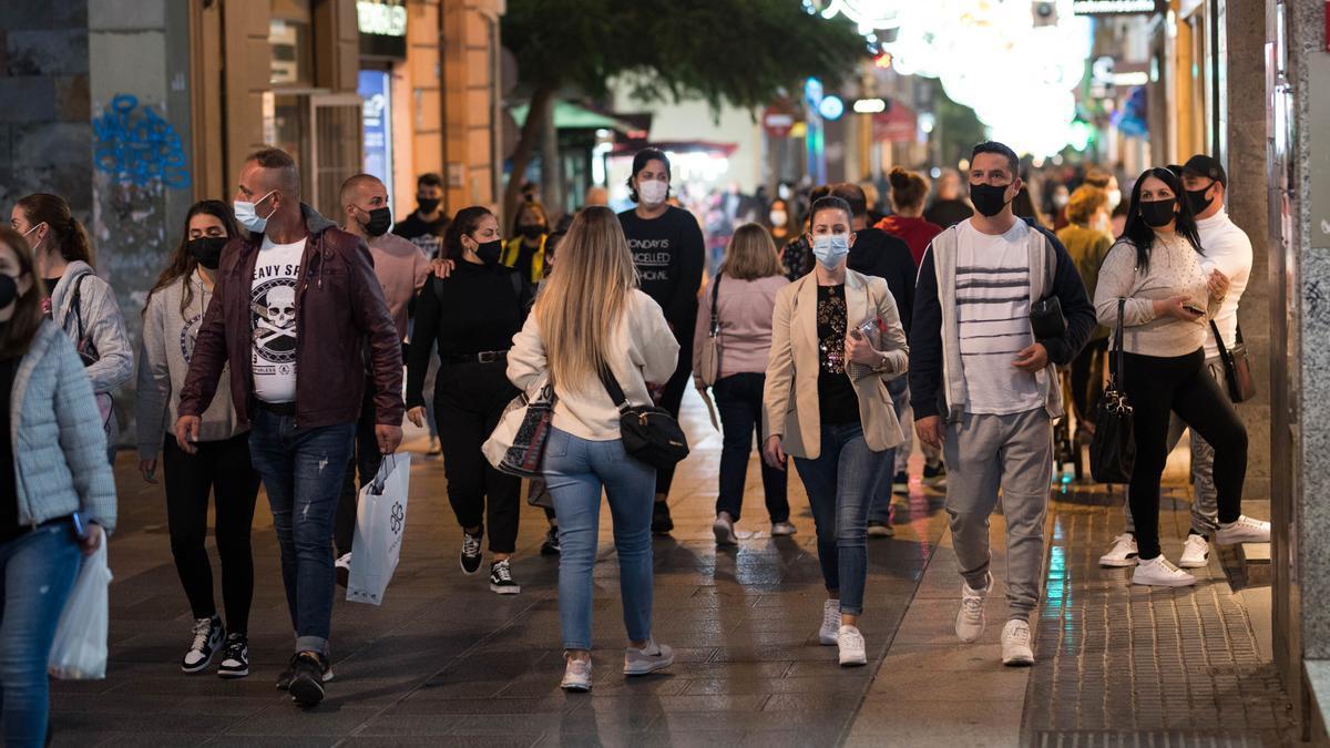 Transeúntes, por la calle del Castillo.