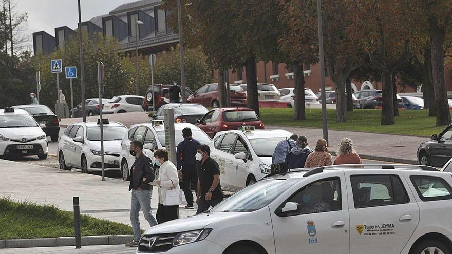 Quitar aparcamientos y poner más autobuses, la otra solución para el HUCA