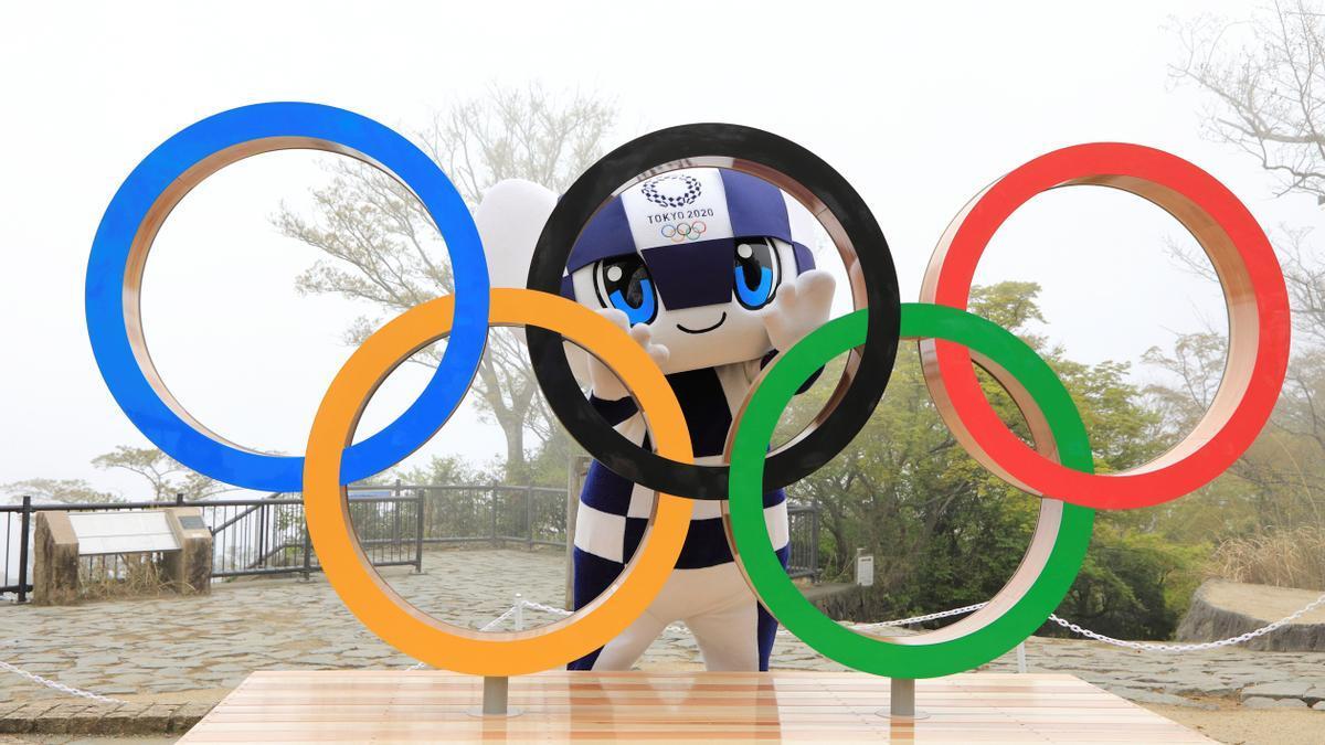La mascota de los JJOO de Tokio posa con los aros olímpicos