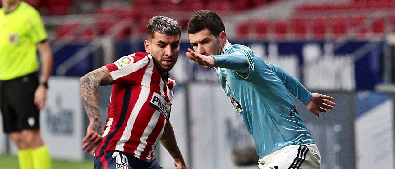 Aarón encara a Correa durante un partido de la pasada temporada ante el Atlético de Madrid. |  // LOF