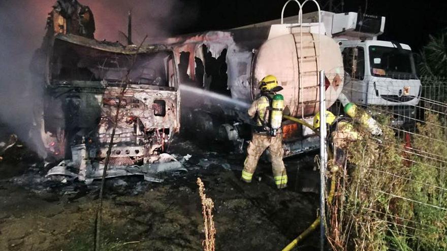 Un incendi crema tres vehicles a Anglès
