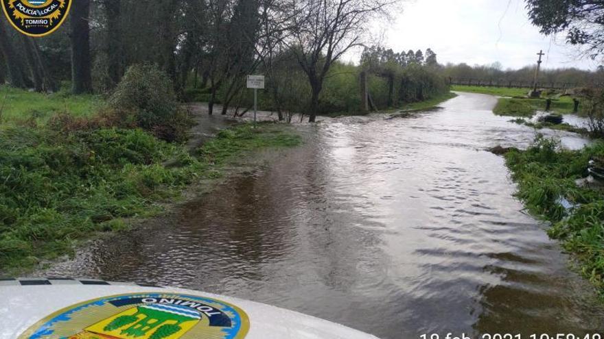 Las lluvias desbordan los ríos de Tomiño y los fuertes vientos causan daños en Oia