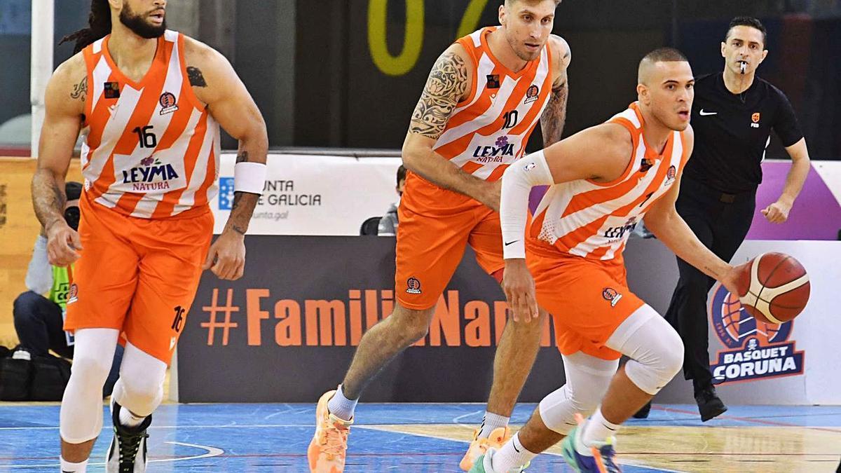 Gary McGhee, Javi Vega y Dago Peña, con el balón, en la eliminatoria contra el Oviedo.    // VÍCTOR ECHAVE