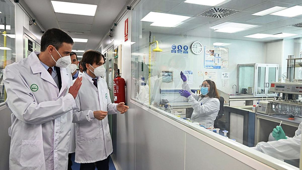 Sánchez durante su visita a la farmacéutica Rovi en Granada.