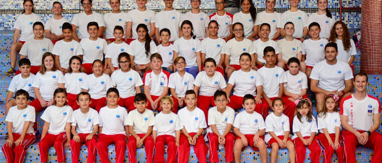 Foto de familia del CN Jescagua Ingenio en las gradas de la piscina municipal de Ingenio.