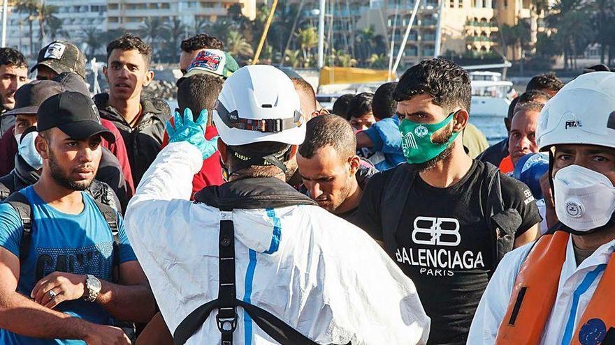 La Armada de Senegal busca a los 140 desaparecidos de un cayuco que explotó en el mar