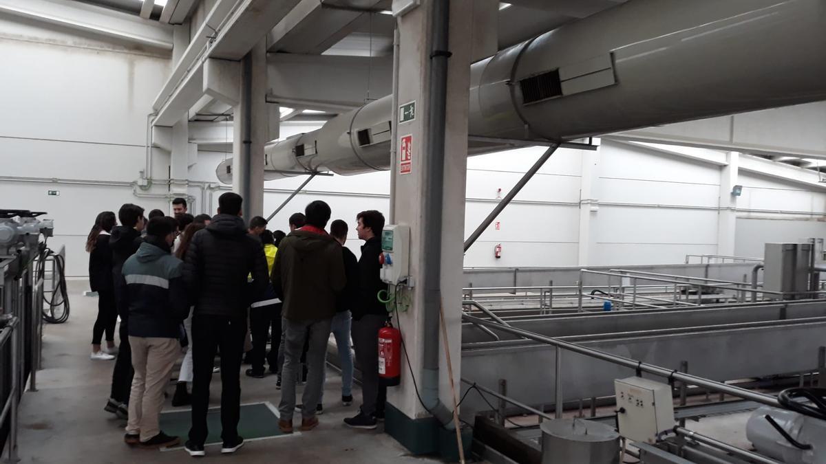 Una visita estudiantil a la depuradora de Villapérez en 2019.