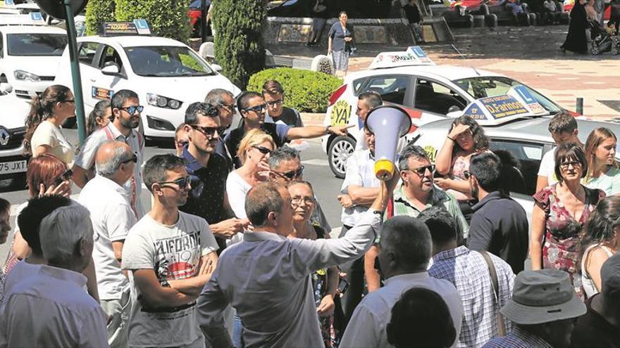 Las autoescuelas protestan por la falta de examinadores