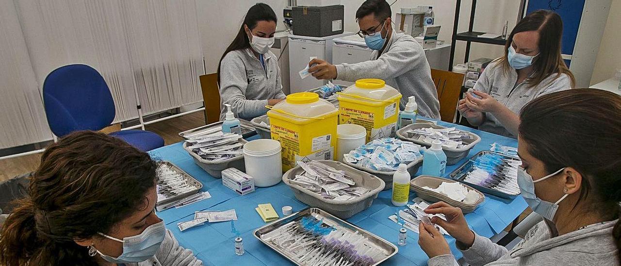 Enfermeros preparan dosis de AstraZeneca para la vacunación del profesorado. | HÉCTOR FUENTES
